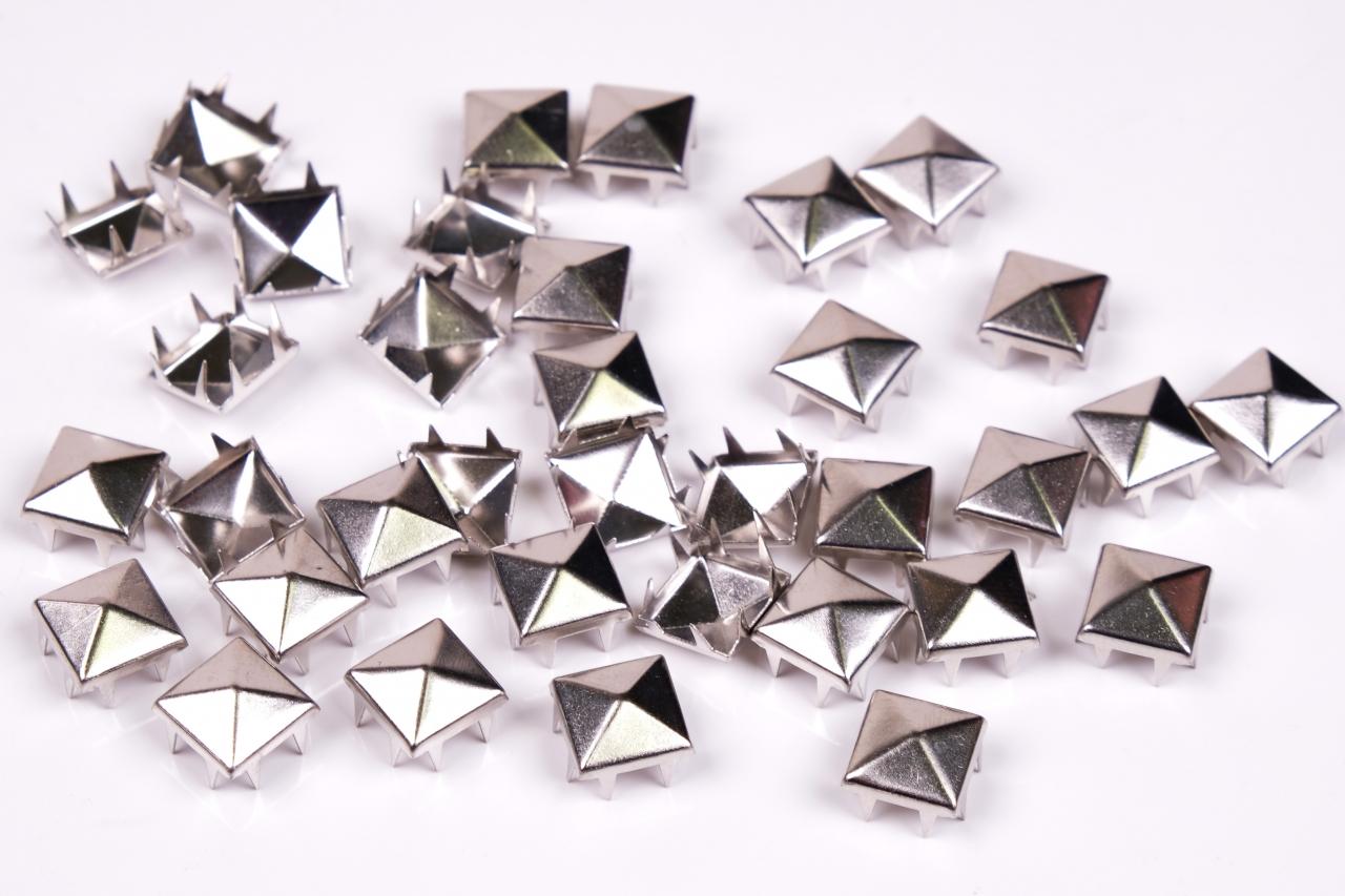Cvočky pyramidka 7x7mm nikl